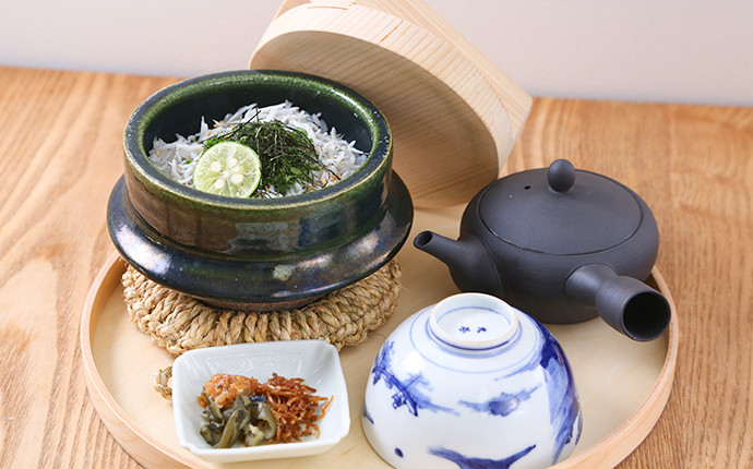 clay pot rice cooked with seasonal ingredients or soup stock